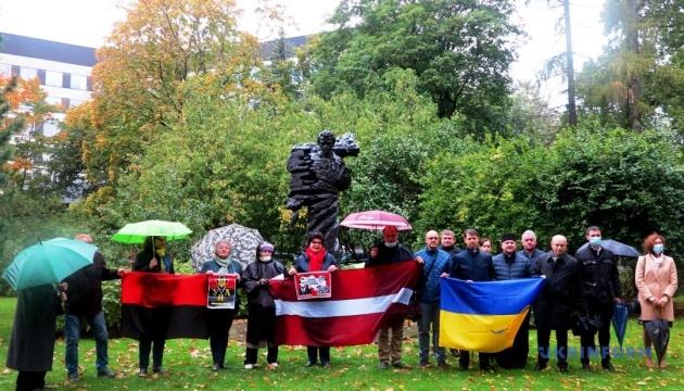 У Ризі біля пам'ятника Шевченку урочисто відзначили День захисника України