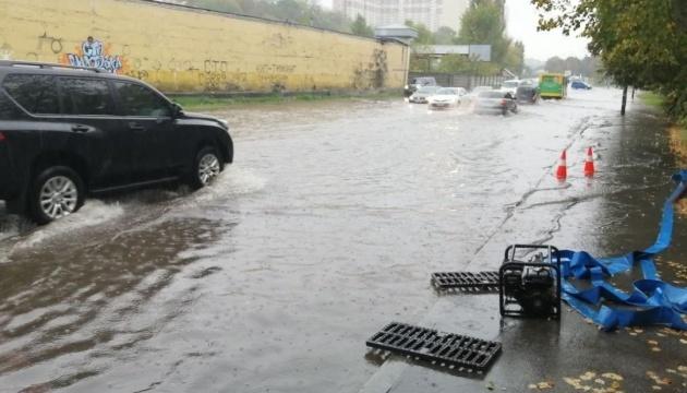 В Киеве ливень затопил десятки улиц