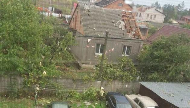 Негода у Кропивницькому: вітер зривав дахи, ламав дерева