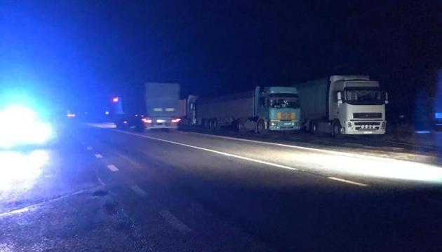 На пункті ГВК під  Миколаєвом перевізники створили штучний затор із сотні вантажівок