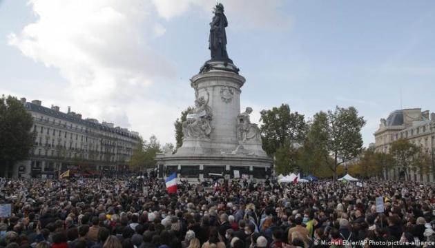 В Париже почтить память убитого чеченцем учителя вышли тысячи людей