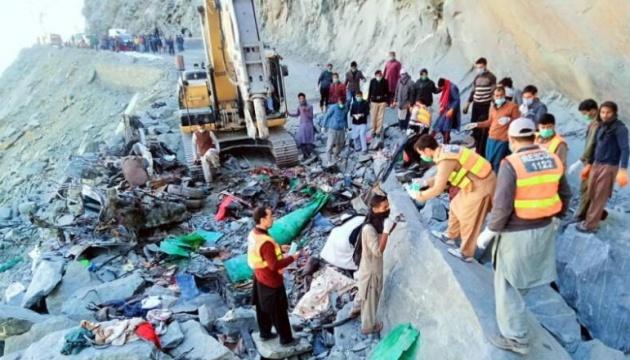 У Пакистані автобус потрапив під гірський обвал: загинули 16 осіб