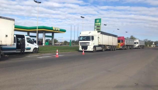 Сутички і черги на узбіччі: на Миколаївщині водії відмовляються зважувати фури