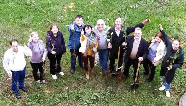 «Озеленення України 2020»: науковці висадили два десятки фруктових дерев
