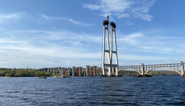 У Запоріжжі завершують бетонування мосту через Дніпро