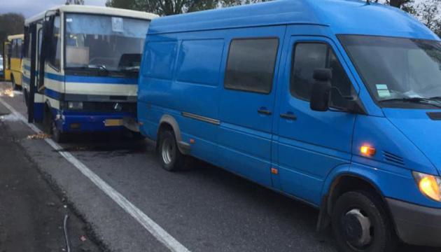 На Львівщині зіткнулися мікроавтобус, легковик та дві маршрутки