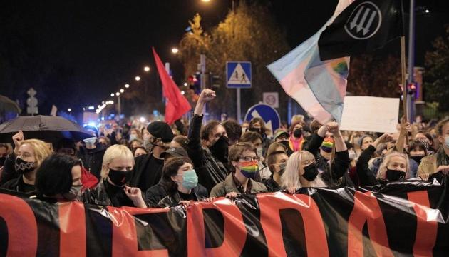 На марш проти обмеження абортів у Варшаві вийшли близько 100 тисяч осіб