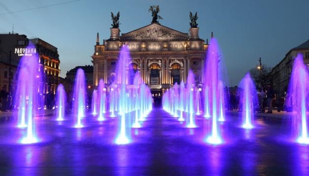 Перед Львівською оперою запрацював новий сухий фонтан