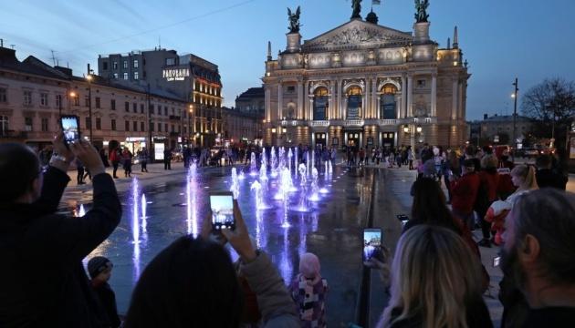 Перед Львовской оперой заработал новый сухой фонтан