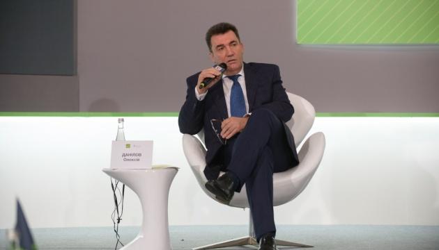 Данилов объяснил, почему СНБО не может повлиять на «телеканалы Медведчука»