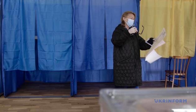 Нестача кабінок і люди без масок: КВУ зафіксував перші порушення на виборах