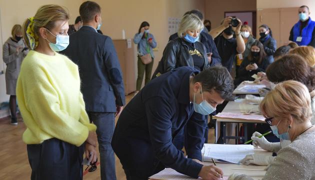 Zelensky y su esposa acuden al centro electoral