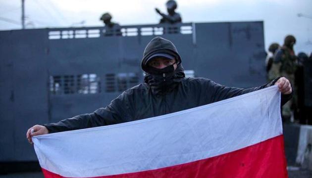 Протести у Мінську: з райвідділів травмованих забирає «швидка»