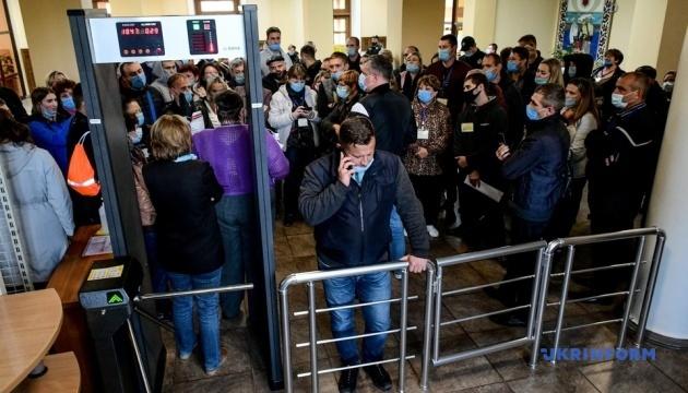 В Запорожье сотни членов УИК «застряли» в избирательной комиссии