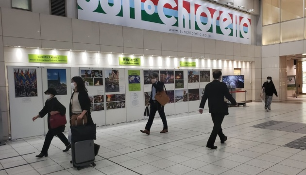 На залізничній станції у Токіо представлені світлини, надані Укрінформом