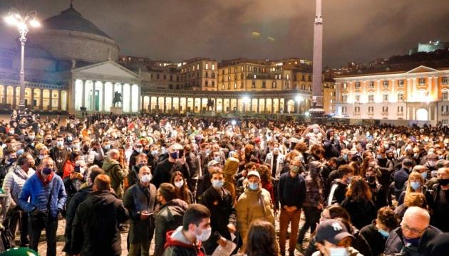 Файеры против водометов: в Италии бушуют антикарантинные протесты