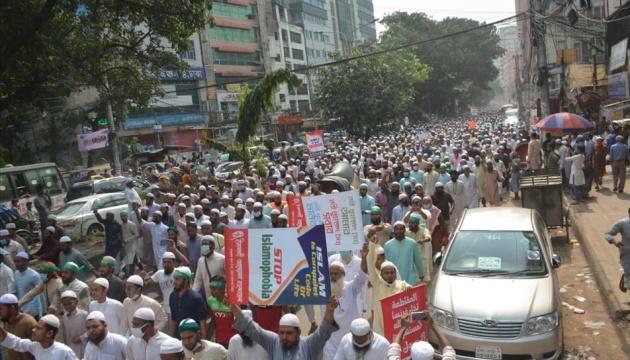 В Бангладеш десятки тысяч людей вышли на протесты из-за заявлений Макрона