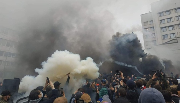 Protesters throw smoke bombs at Ukraine's Constitutional Court