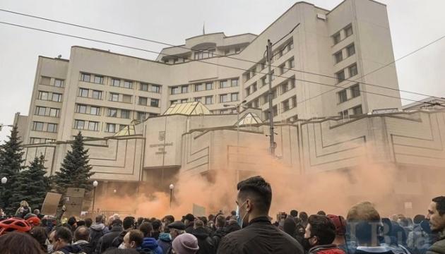 憲法裁判所前で抗議集会 発煙筒使用