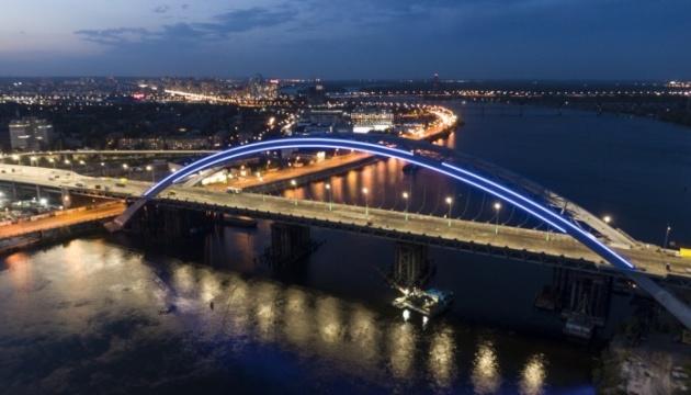 Кличко показав, як плавучий понтон допомагає будувати Подільсько-Воскресенський міст