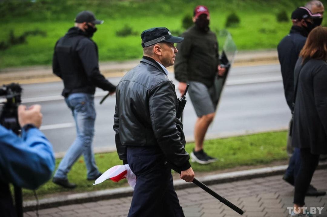 Николай Карпенков во время разгона протестующих 6 сентября в Минске. Фото: Дарья Бурякина, TUT.BY