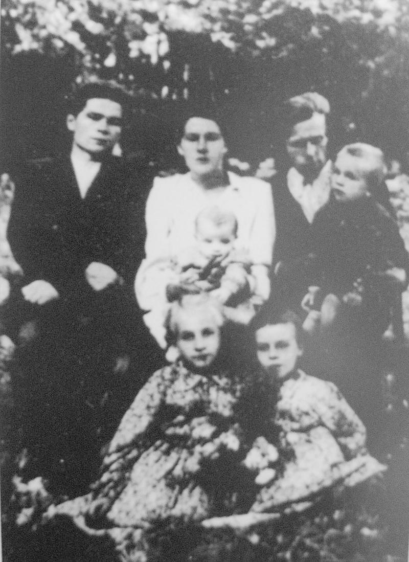 Василь Макух (ліворуч) з родиною після повернення з ув'язнення, село Карів, 1957 р.