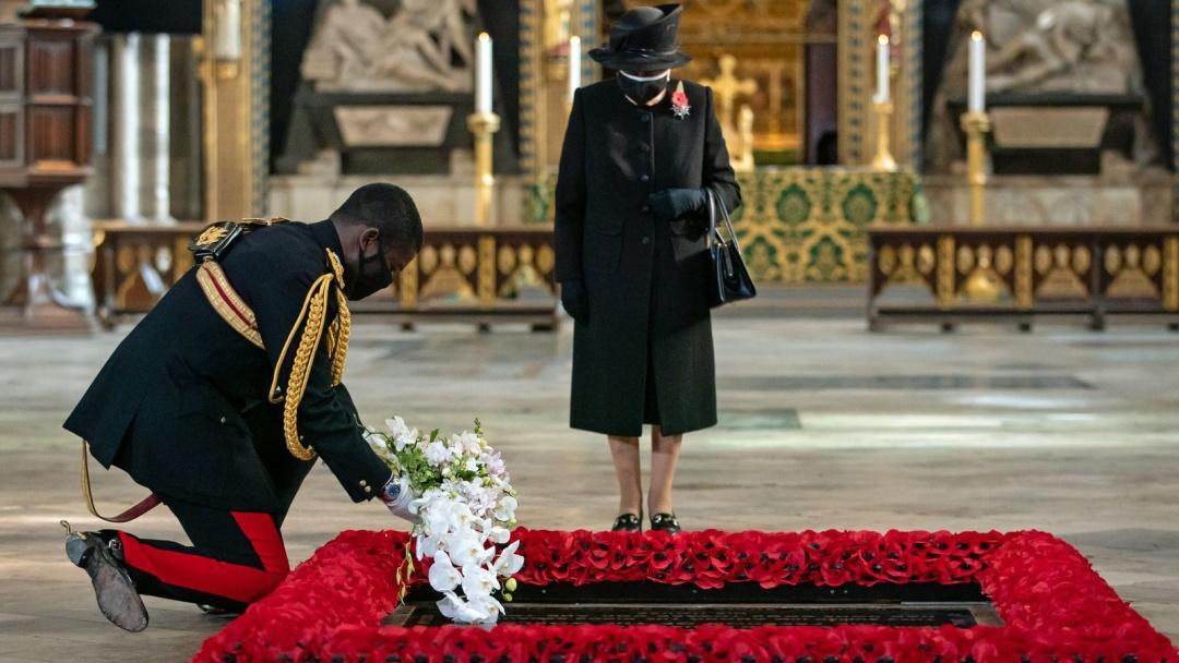 Королева Великобритании впервые появилась на публике в защитной маске