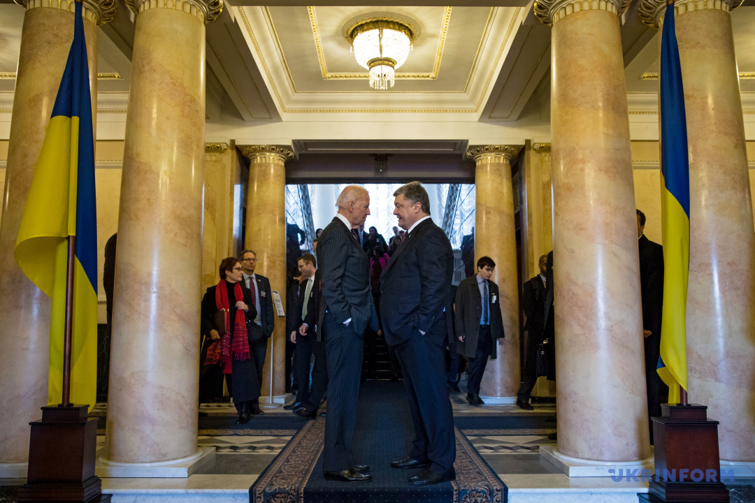 Президент України Петро Порошенко (праворуч) та віце-президент США Джо Байден під час зустрічі, Київ, 16 січня 2017 року.