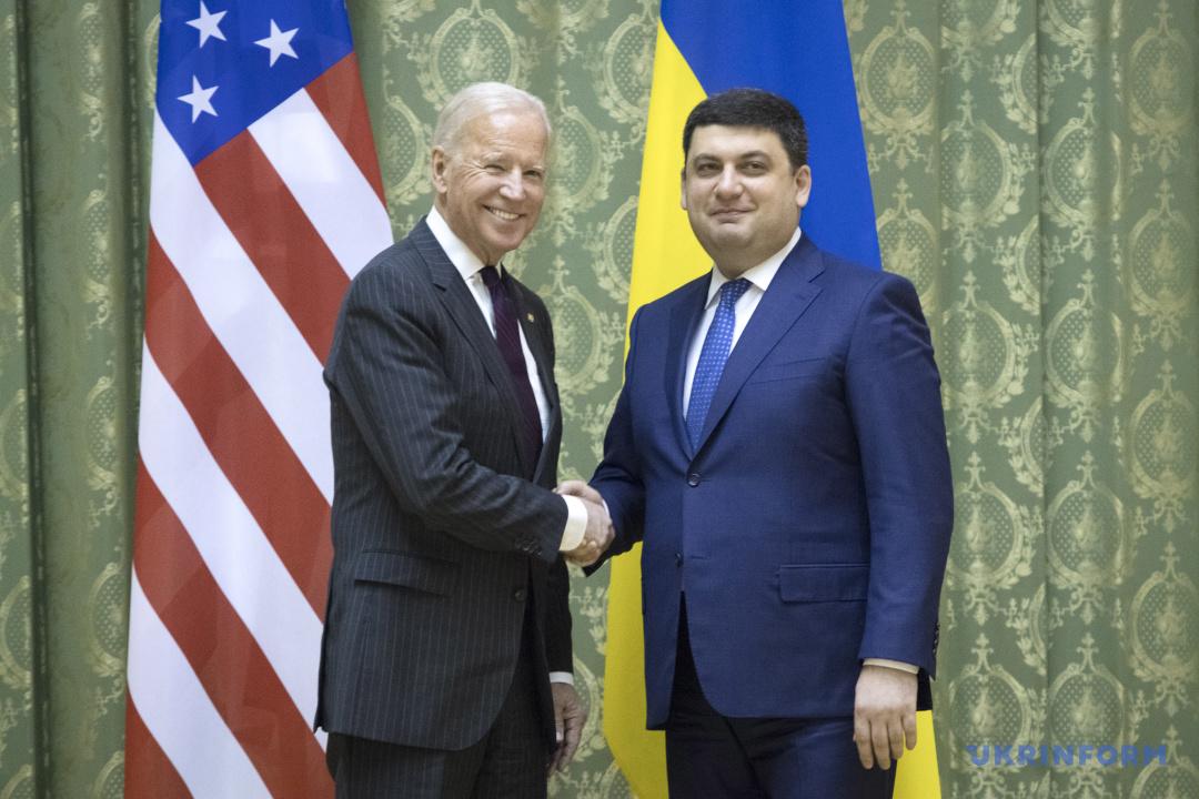 Прем'єр-міністр України Володимир Гройсман (праворуч) та віце-президент США Джо Байден потискають один одному руки під час зустрічі, Київ, 16 січня 2017 року