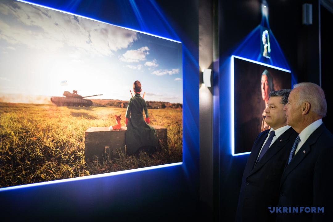 Президент України Петро Порошенко (ліворуч) і Віце-президент США Джозеф Байден розглядають експонат виставки