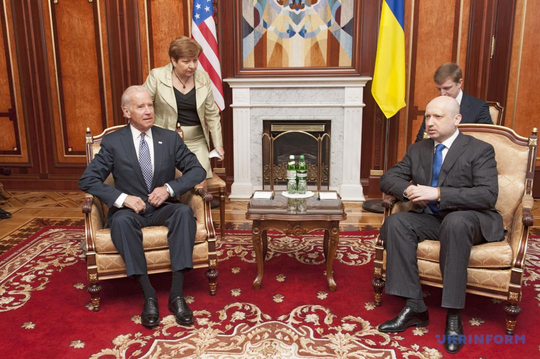 Віце-президент США Джо Байден (ліворуч) та в.о. президента України, Голова Верховної Ради Олександр Турчинов під час зустрічі, Київ, 22 квітня 2014 року.