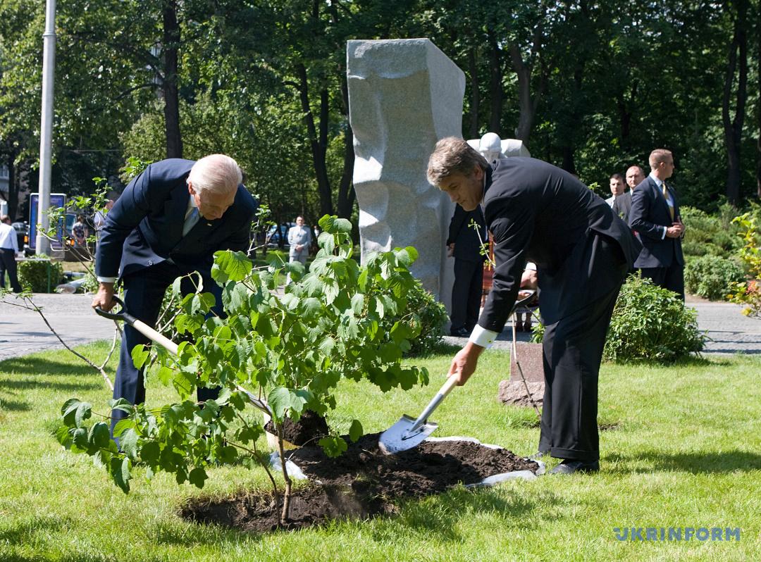 Джо Байден і Віктор Ющенко висаджають калину біля памятника жертвам Голодомору у липні 2009 року