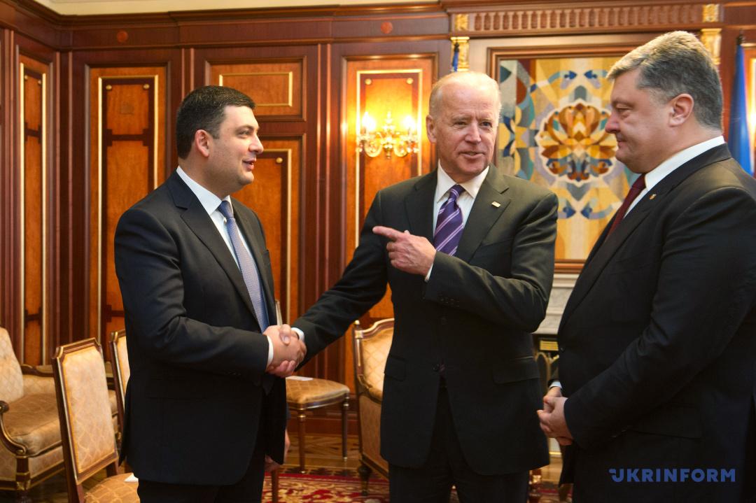 Президент України Петро Порошенко, Віце-президент США Джозеф Байден і Голова Верховної Ради України Володимир Гройсман (справа наліво) спілкуються під час зустрічі, Київ, 8 грудня 2015 року.