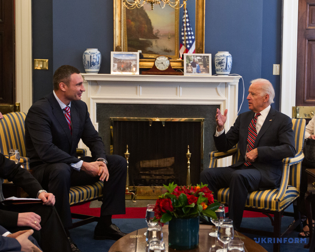 Київський міський голова, голова КМДА Віталій Кличко (ліворуч) і віце-президент США Джозеф Байден під час зустрічі, Вашингтон, США, 27 квітня 2015 року.
