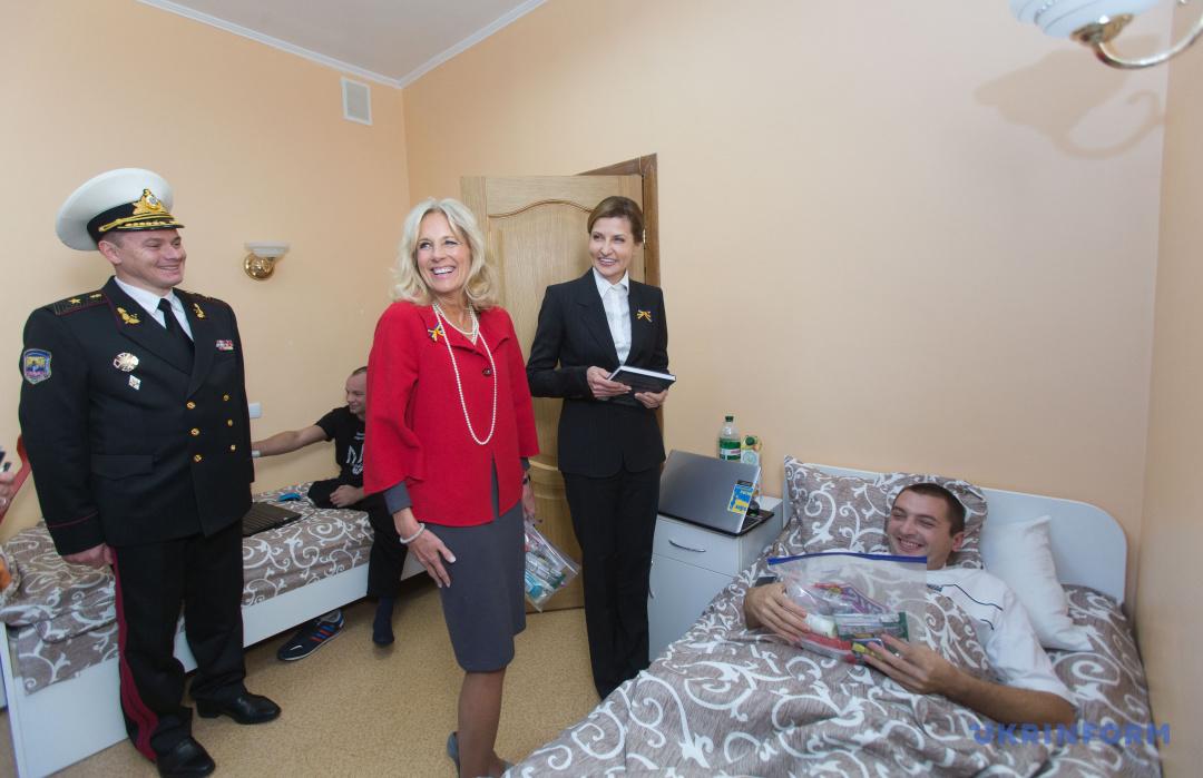 Марина Порошенко і Джилл Байден (дружина віцепрезидента США) спілкуються з бійцями в палаті Головного військово-медичного клінічного центру. Київ, 21 листопада 2014 року.
