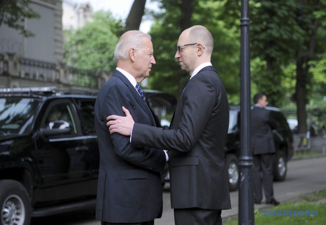 Прем'єр-міністр України Арсеній Яценюк (праворуч) на зустрічі із віце-президентом Сполучених Штатів Америки Джо Байденом, Київ, 7 червня 2014 року.