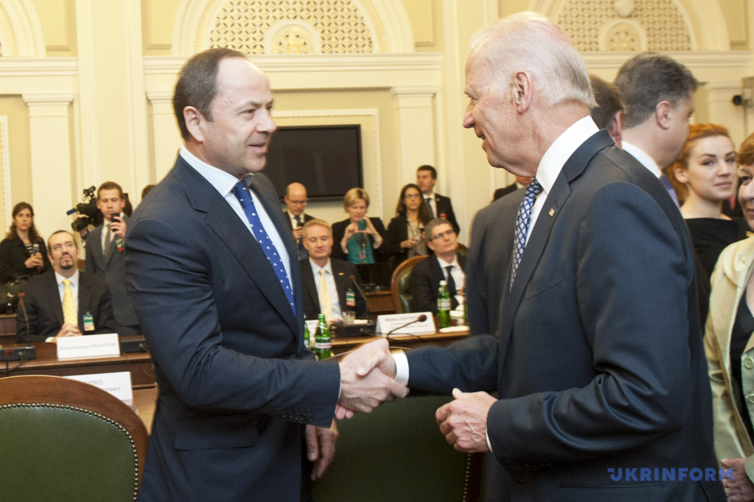 Віце-президент США Джо Байден (праворуч) вітає народного депутата України, кандидата на посаду президента України Сергія Тігіпка, Київ, 22 квітня 2014 року.