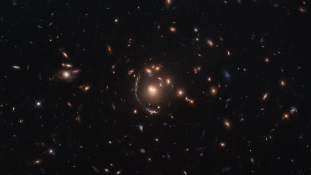 Hubble показал удивительную галактику, похожую на дугу