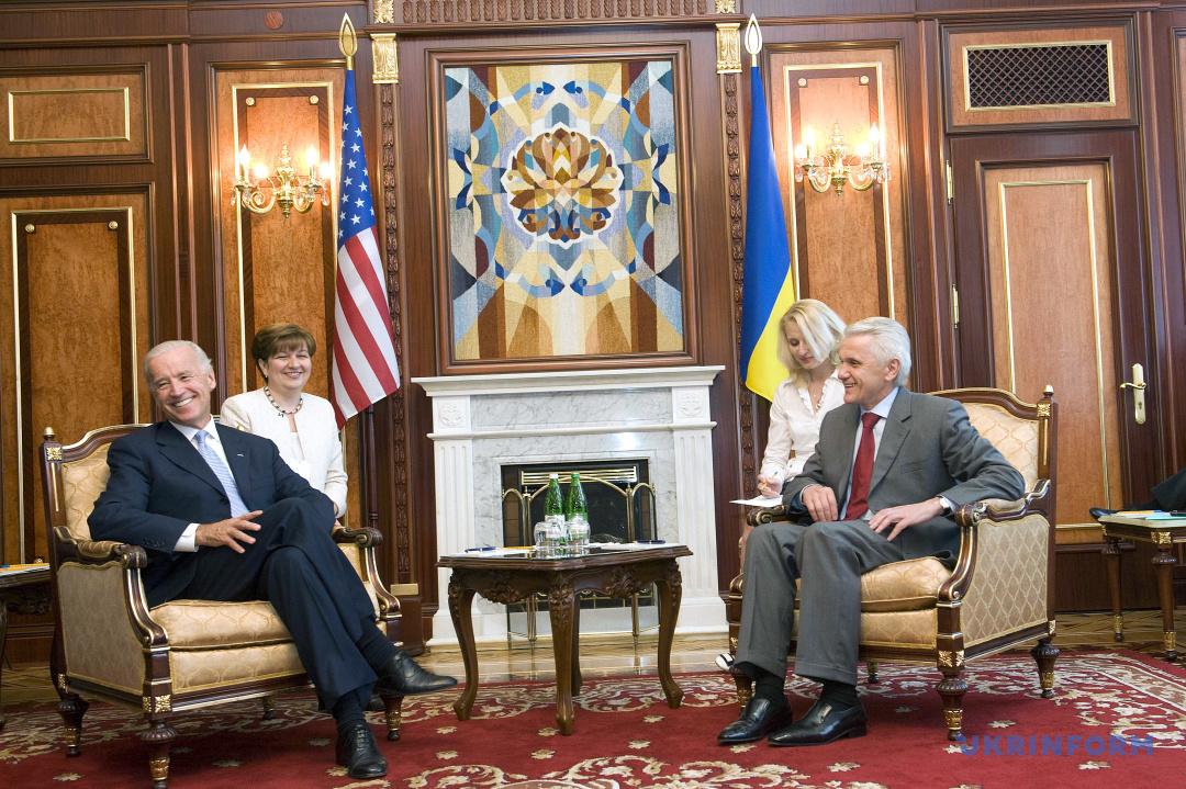 Голова Верховної Ради України Володимир Литвин (праворуч) і віце-президент Сполучених Штатів Америки Джозеф Байден під час зустрічі у Києві 21 липня 2009 року.