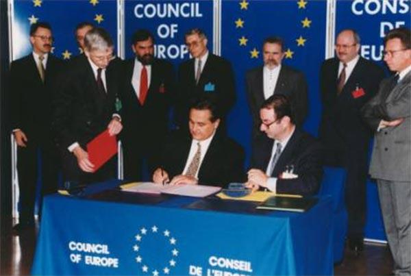 Підписання документу про вступ України до РЄ