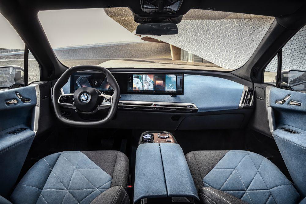 BMW представила электрокар с двумя двигателями