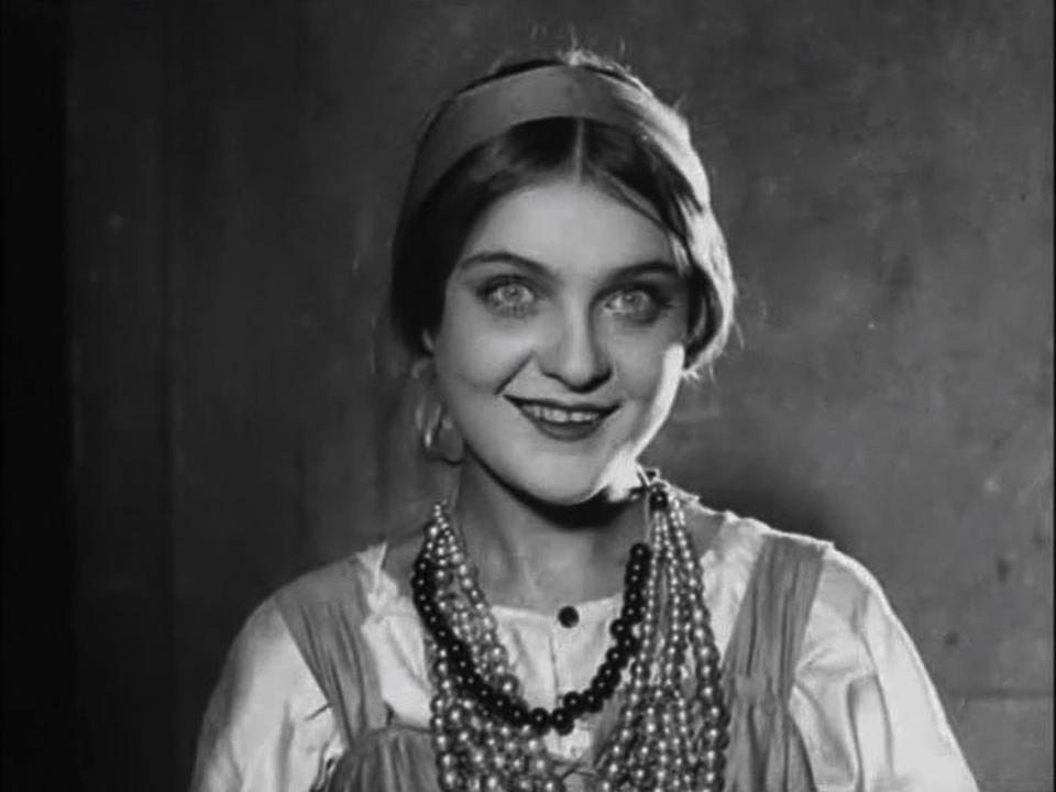 Мария в фильме «Земля в плену», 1927 г.
