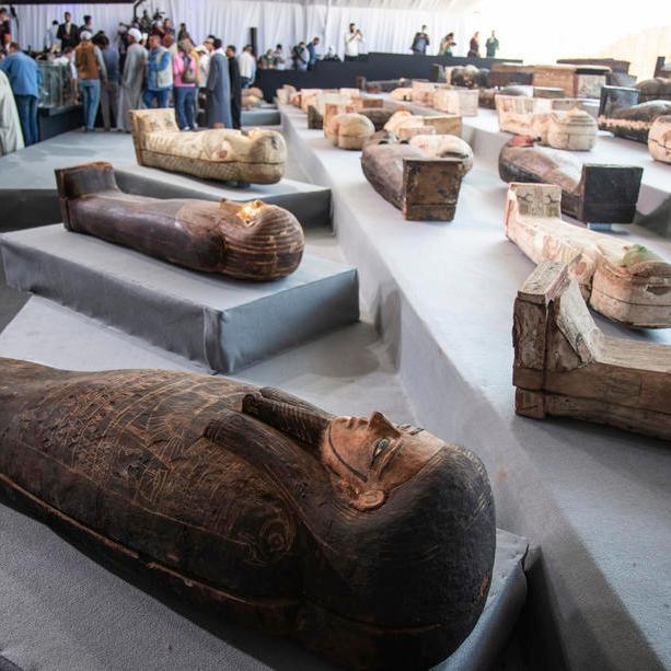 В Египте нашли сотню мумий в цветных саркофагах, которым 2500 лет