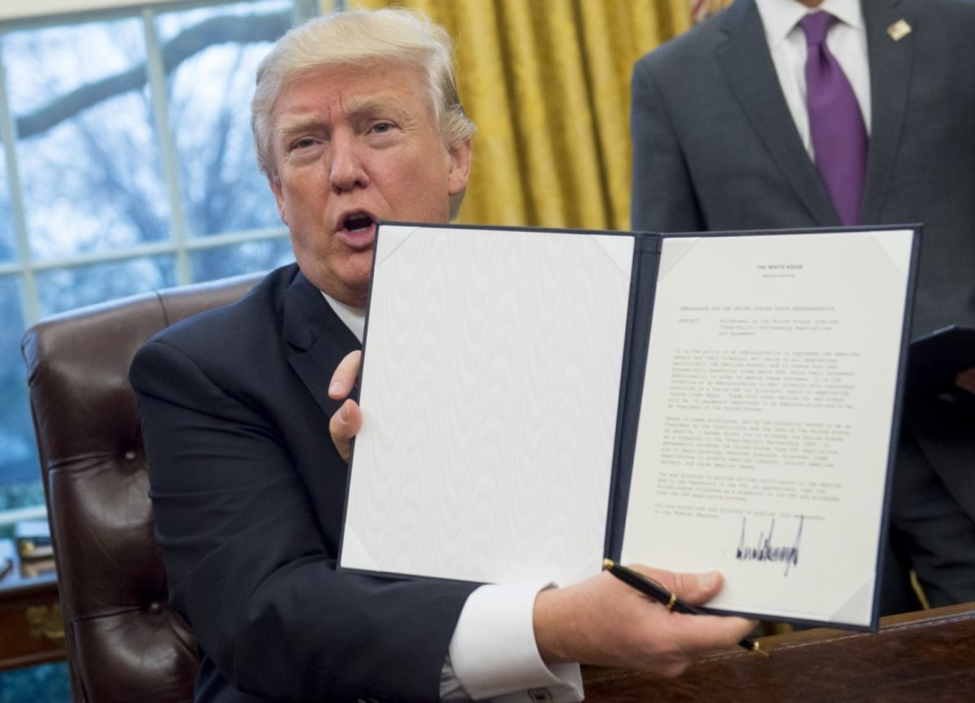 Президент США Дональд Трамп підписав указ щодо виходу США із торгівельної угоди про Транстихоокеанське партнерство (ТТП) у січні 2017 року // Фото: AFP