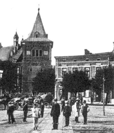 будинок Якова Шульца(праворуч) на пл. Ринок у Дрогобичі