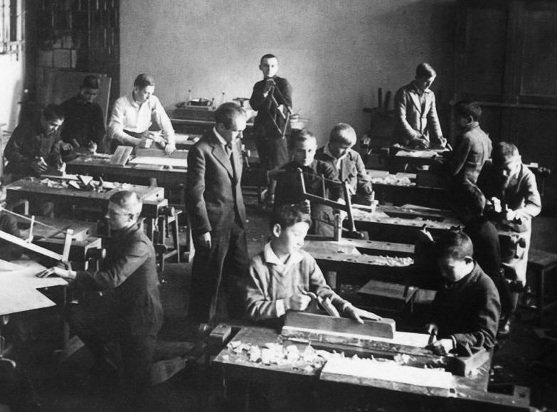 Державна гімназія в Дрогобичі.  Бруно Шульц веде заняття з праці, 1934 р.