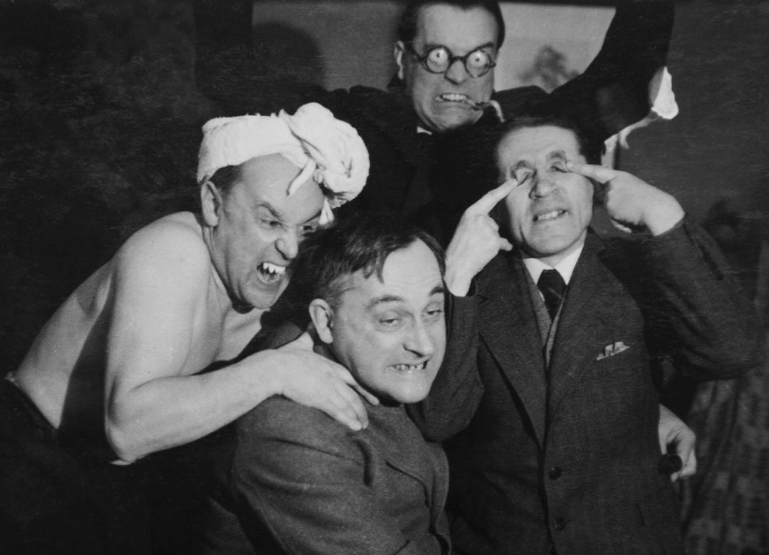 Маскарад на прийнятті в д-ра Яна Кохановського. На передньому плані - господар, Віткаци і Шульц_ позаду - Роман Ясенський_ Варшава, 1936 р.