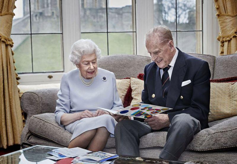 Королева Елизавета II и принц Филипп празднуют семьдесят третьей годовщину свадьбы