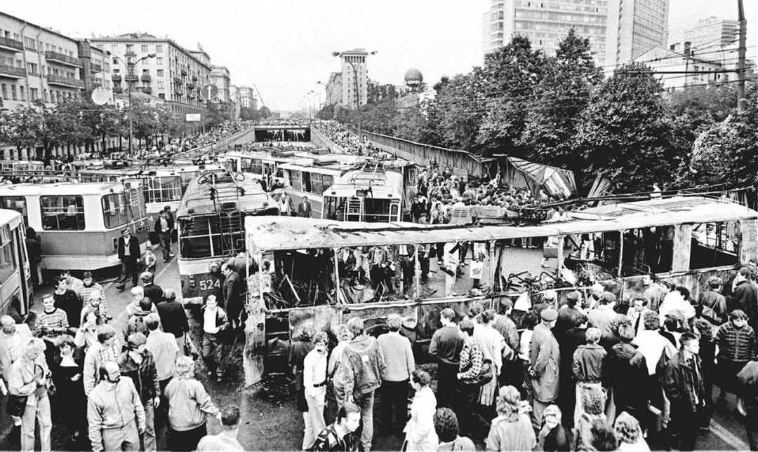 Люди біля барикад на Садовому кільці. Москва, 21 серпня 1991 року // Фото: Олександр Неменов / AFP / Scanpix / LETA