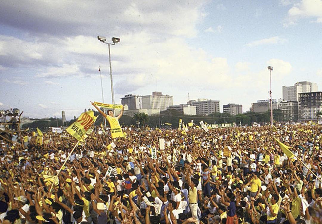 Перша «мережева» революція. Філіппіни, 2001 рік